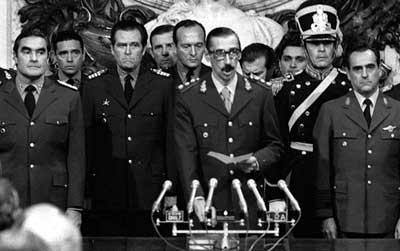 Jorge Rafaerl Videla jura como presidente de Argentina en 1976.