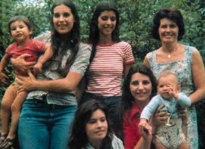 Elsa Sánchez de Oesterheld con sus hijas y nietos en enero de 1976.