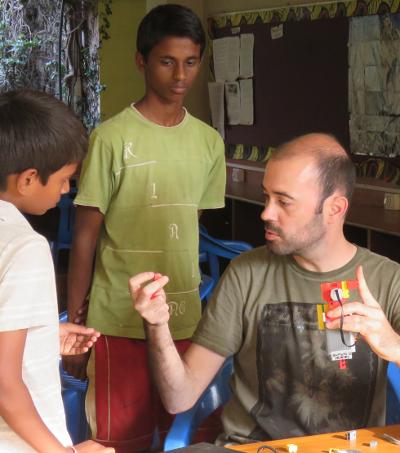 Eduard Muntaner con algunos de sus alumnos.